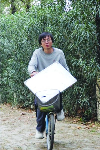 杨明召自费出书在学校叫卖。